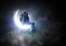 L'astronaute s'asseyent sur le croissant de lune Media mélangé illustration de vecteur