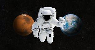 L'astronaute voyage à une nouvelle maison sur la planète Mars images stock