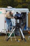 L'astronome amateur calibre le télescope Photos libres de droits