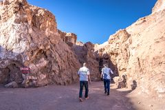 L'Atacama, Cile - 8 ottobre 2017 - turisti che camminano al sale frana l'Atacama, uno dell'attrazione turistica principale al des immagini stock libere da diritti