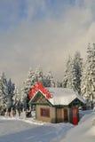 L'atelier de Santa sur la montagne de neige images libres de droits