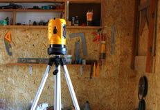 L'atelier est construit au commencement, utilisant un niveau pour examiner la surface photos stock