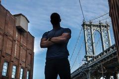 L'athlète anonyme de héros de ville dans la bonne forme physique avec des bras a croisé la pose sur la rue de ville image stock