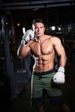 L'athlète avec des gants de boxe Image libre de droits