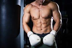 L'athlète avec des gants de boxe Image stock