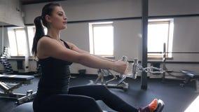 L'athlète de femme exécute la traction horizontale sur le simulateur banque de vidéos