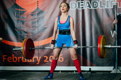 L'athlète de femme exécute le barbell réussi de deadlift Photo stock