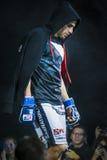 L'athlète de plan rapproché a mélangé le combattant d'arts martiaux pendant la présentation avant combat Image libre de droits