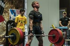 L'athlète du powerlifter exécute un deadlift Images stock