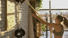 L'athlète féminin tire une corde épaisse pendant la session de croix-formation clips vidéos