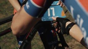 L'athlète lie le nombre sur la roue de bicyclette à l'événement folâtre de course clips vidéos