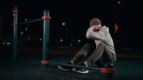 L'athlète masculin travaille avec des muscles de corps supérieur dans la nuit en parc, torse d'ascenseur banque de vidéos