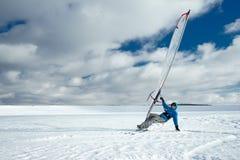 L'athlète monte une planche de surf et des skis photo stock