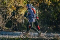 L'athlète plus âgé marche avec un jeune athlète sur la voie Image libre de droits
