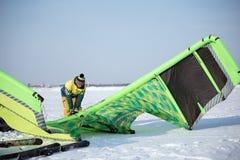 L'athlète prépare le cerf-volant pour la monte Images libres de droits