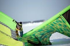 L'athlète prépare le cerf-volant pour la monte Image stock