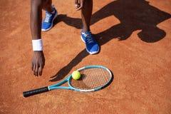L'athlète prend la raquette et la boule pour jouer l'ensemble image stock