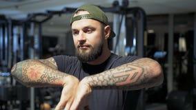 L'athlète réchauffe ses mains banque de vidéos