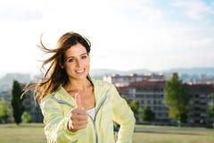 L'athlète réussi faisant des pouces lèvent le geste Photo stock