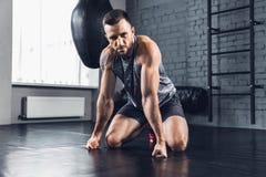 L'athlète s'exerce dur dans le gymnase forme physique et concept sain de la vie image libre de droits
