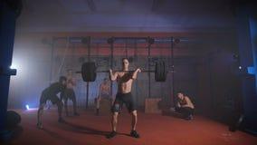 L'athlète soulève la barre avec plus de poids, et puis la jette clips vidéos
