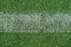 L'athlétisme artificiel avec l'herbe verte a combiné avec l'herbe artificielle photographie stock libre de droits