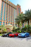 L'Atlantide l'hotel e le limousine della palma Fotografia Stock