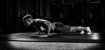 L'atleta è allungato su una copertura speciale nella palestra Immagini Stock