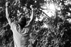L'atleta è indietro in parco Foto bianca nero- Immagini Stock