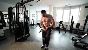 L'atleta è tirato con un peso supplementare video d archivio
