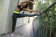 L'atleta abbastanza femminile fa l'allungamento Fotografia Stock Libera da Diritti