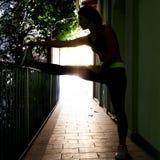 L'atleta abbastanza femminile fa l'allungamento Fotografia Stock