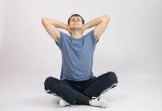 L'atleta allunga i muscoli della parte posteriore Immagine Stock