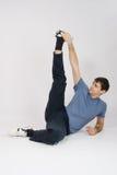 L'atleta allunga i muscoli delle gambe alzandosi Immagine Stock