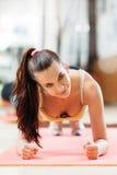 L'atleta che fare spinge aumenta sull'allenamento Immagine Stock