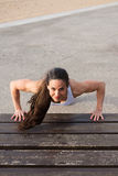 L'atleta che femminile di forma fisica fare spinge aumenta l'allenamento Immagine Stock Libera da Diritti