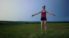 L'atleta che si scalda facendo il salto esercita il funzionamento su un fondo del tramonto video d archivio