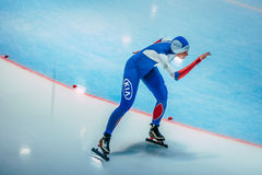 L'atleta dei pattinatori della velocità della ragazza esegue una distanza di 500 metri Immagine Stock Libera da Diritti