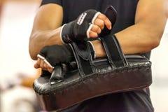 L'atleta del pugile usa la protezione della mano nell'addestramento fotografia stock