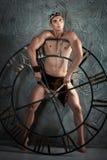 L'atleta del ragazzo con la corona la testa dirige il grande orologio Fotografie Stock Libere da Diritti