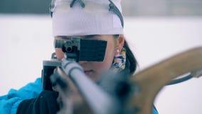 L'atleta di signora sta sparando durante l'addestramento di biathlon dall'arma da fuoco stock footage