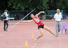 L'atleta fa concorrenza nella concorrenza del javelin fotografia stock