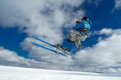 L'atleta fa il salto sugli sci Fotografia Stock Libera da Diritti