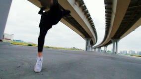 L'atleta fa una vibrazione indietro sull'una gamba, movimento lento stock footage