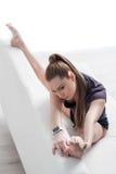 L'atleta femminile abile sta scaldandosi Fotografie Stock