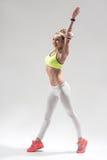L'atleta femminile allegro sta mostrandole la flessibilità Fotografie Stock