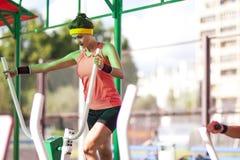 L'atleta femminile in attrezzatura professionale che ha fare un passo si esercita Fotografia Stock Libera da Diritti