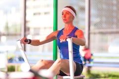 L'atleta femminile caucasico in attrezzatura professionale che ha una rematura si esercita Fotografia Stock Libera da Diritti