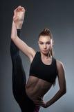 L'atleta femminile di talento sta esercitandosi in palestra Immagini Stock Libere da Diritti