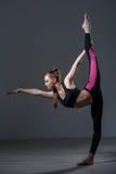 L'atleta femminile di talento sta facendo l'esercizio acrobatico Fotografia Stock Libera da Diritti